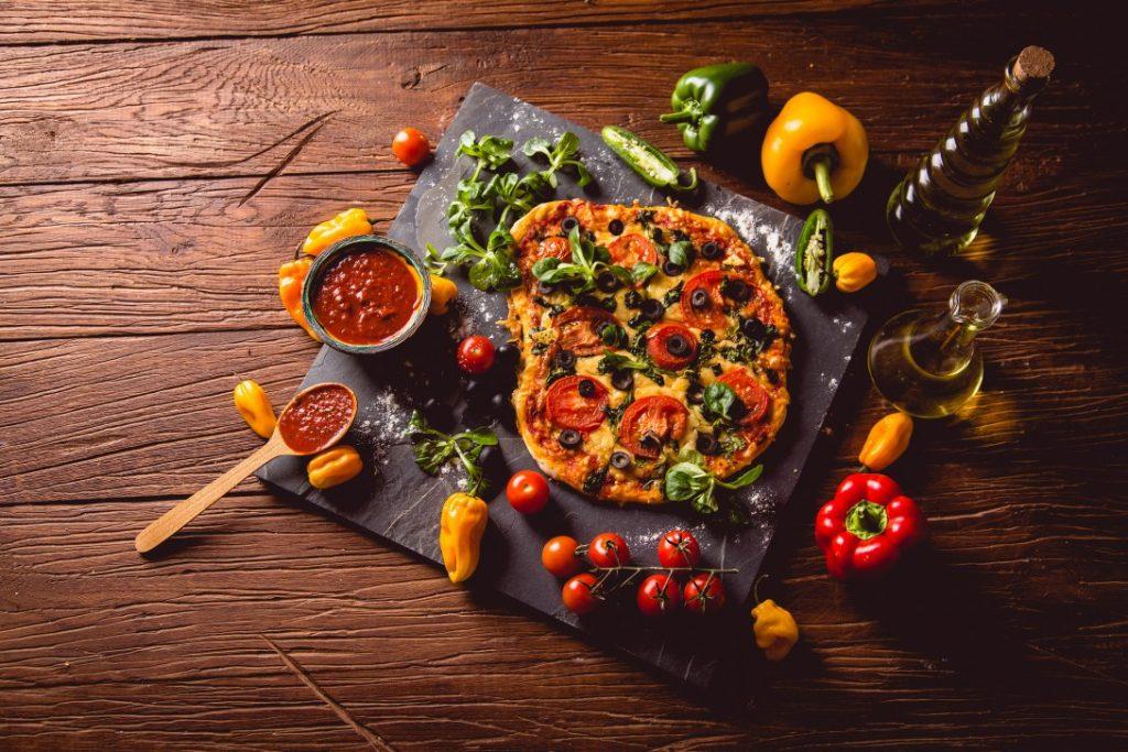 Vegetarian Χωριάτικη Πίτσα με SAZA Σάλτσα Μεσογειακή με Κάπαρη και Βασιλικό 330gr